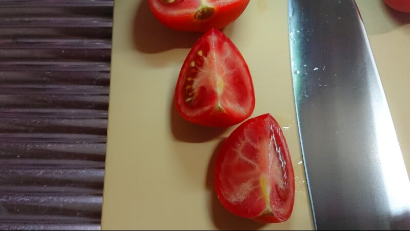 美味しい包丁で切ったトマトの断面