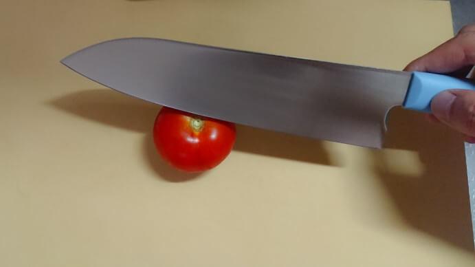 美味しい包丁でトマトを切る